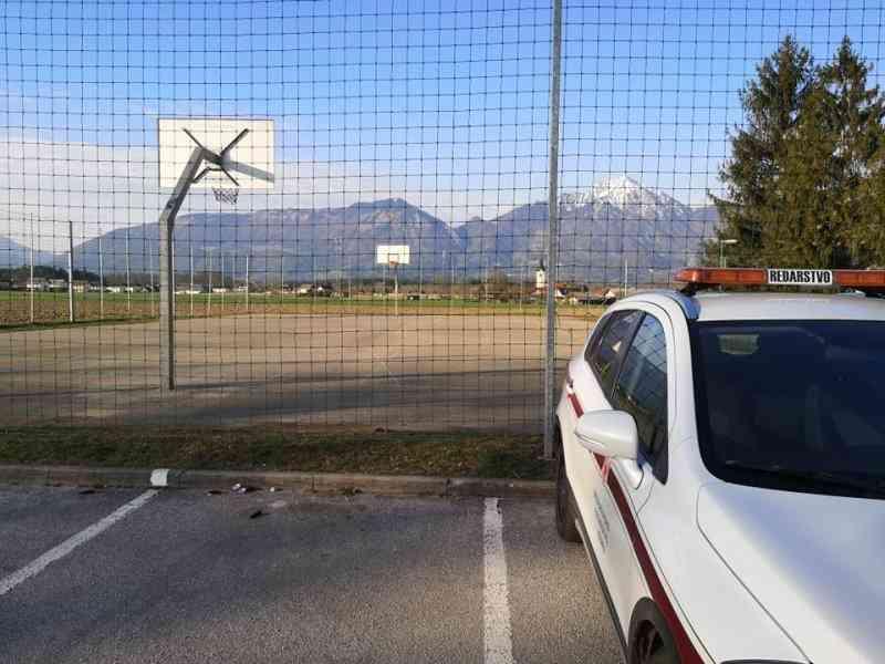 Kontrola šolskega igrišča na Kokrici. Foto: MIK